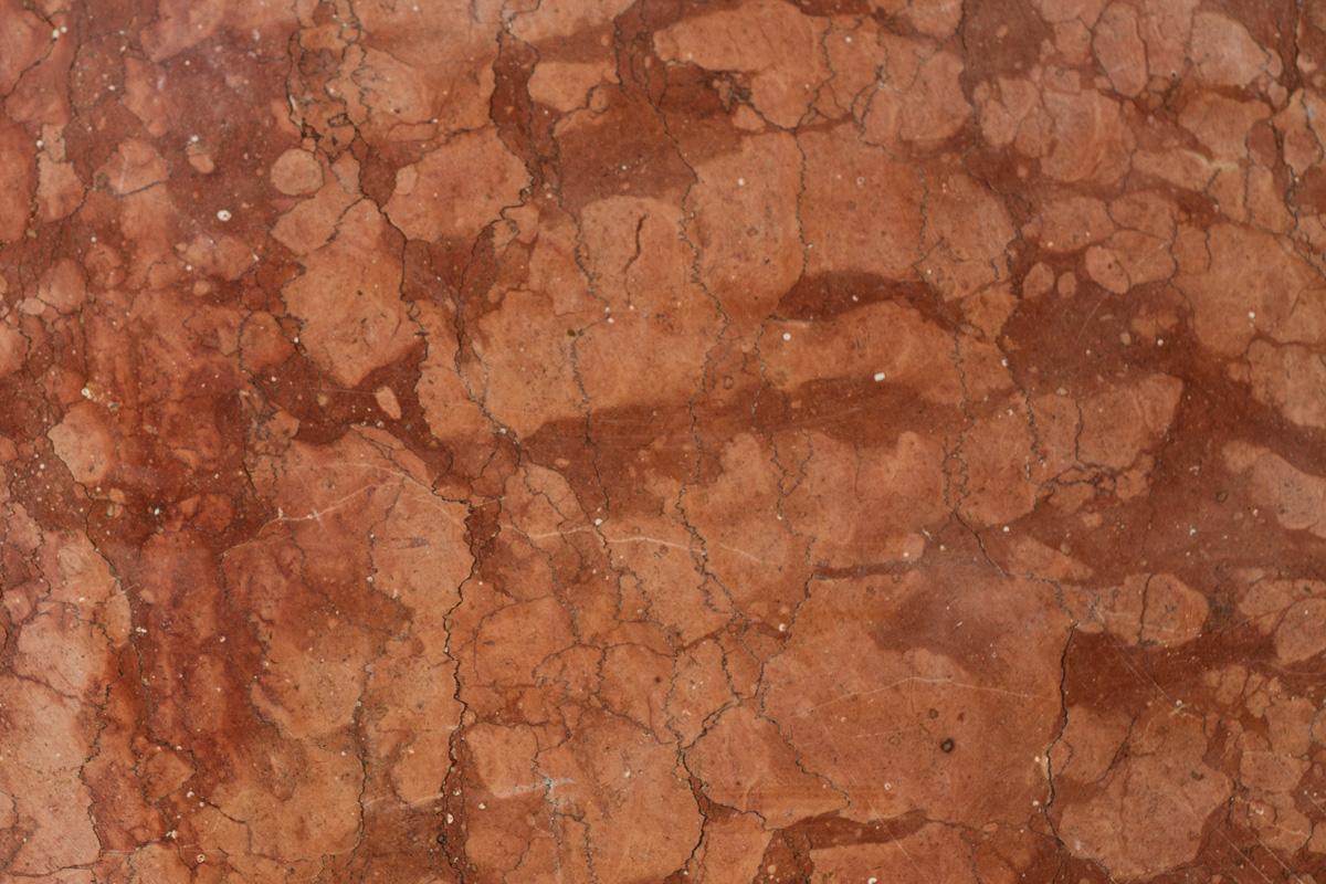Il marmo rosso di Verona viene estratto dai monti Lessini.
